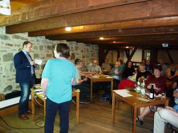 Benedikt Schmitt und Claudia Gräf-Ott vom Verein Nationalpark Nordsteigerwald erläutern die Vorteile eines Nationalparks Steigerwald.